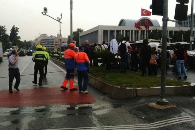 İstanbul'da polis aracına saldırı galerisi resim 1