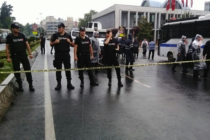 İstanbul'da polis aracına saldırı galerisi resim 10