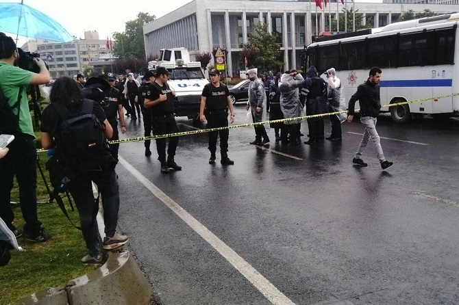 İstanbul'da polis aracına saldırı galerisi resim 2