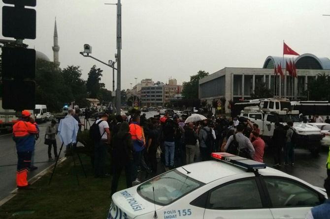 İstanbul'da polis aracına saldırı galerisi resim 3
