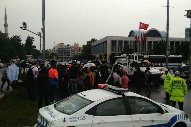 İstanbul'da polis aracına saldırı galerisi resim 4