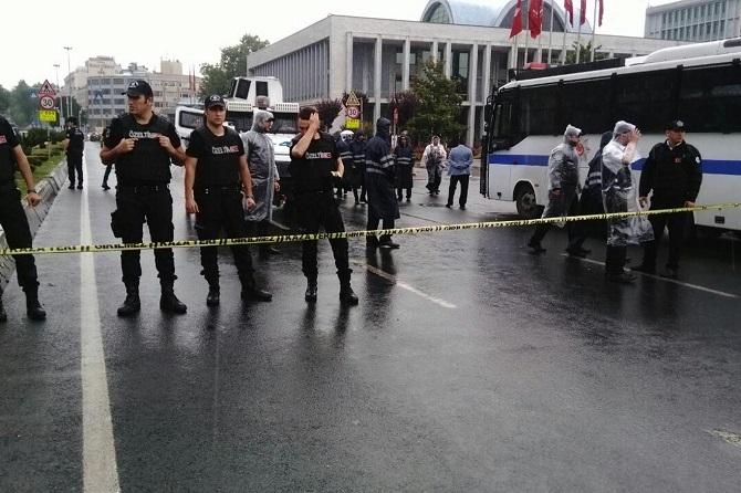İstanbul'da polis aracına saldırı galerisi resim 6