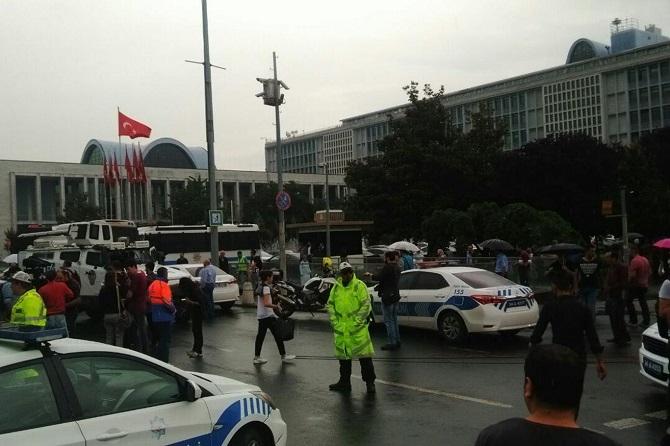 İstanbul'da polis aracına saldırı galerisi resim 7
