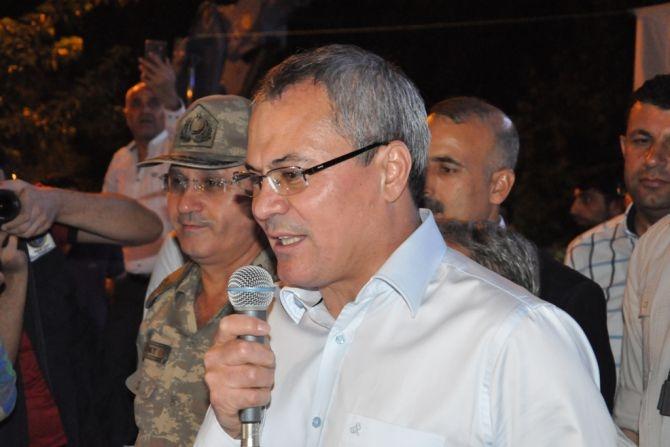 Vali, Komutan el ele halkı selamladı galerisi resim 3