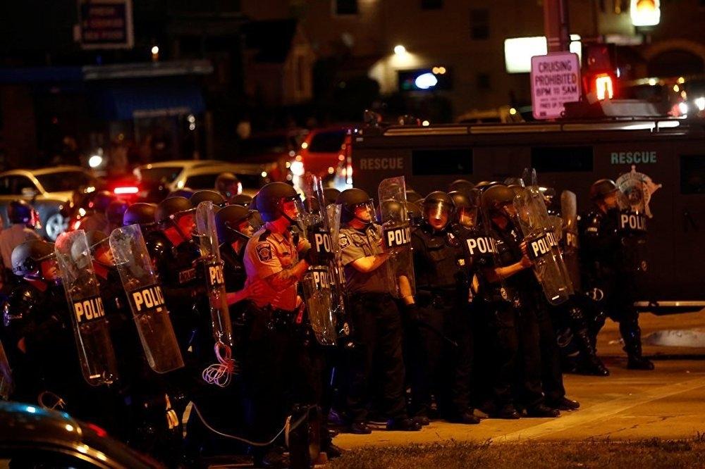 ABD'de polis şiddeti protesto edildi: 4'ü polis 5 yaralı galerisi resim 2