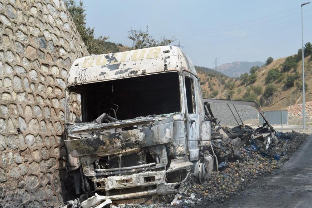 İşte PKK'nin Bitlis'te ateşe verdiği araçlar! galerisi resim 11