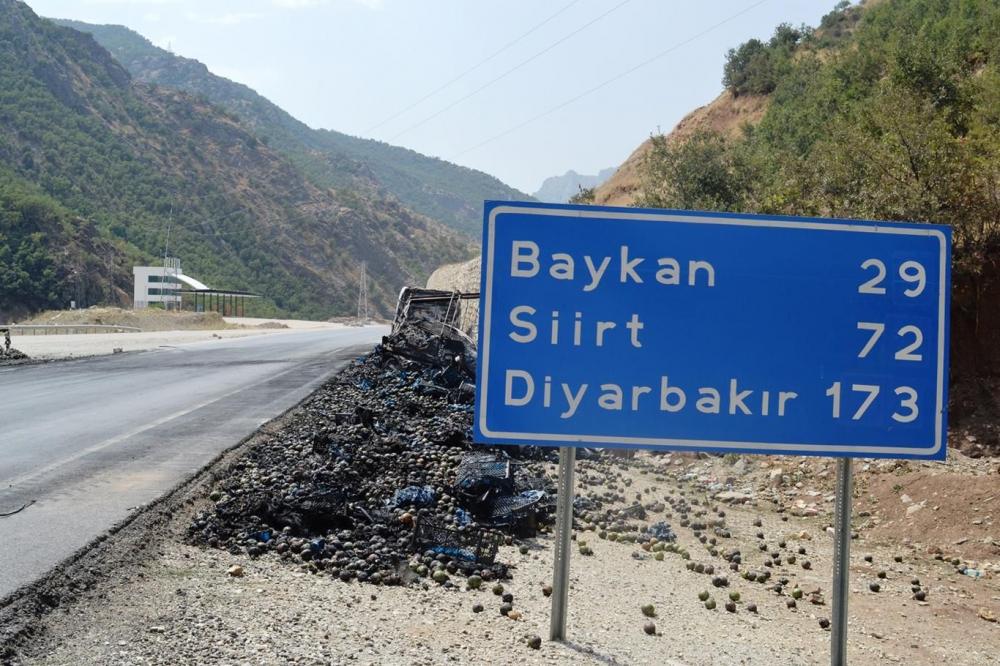 İşte PKK'nin Bitlis'te ateşe verdiği araçlar! galerisi resim 15