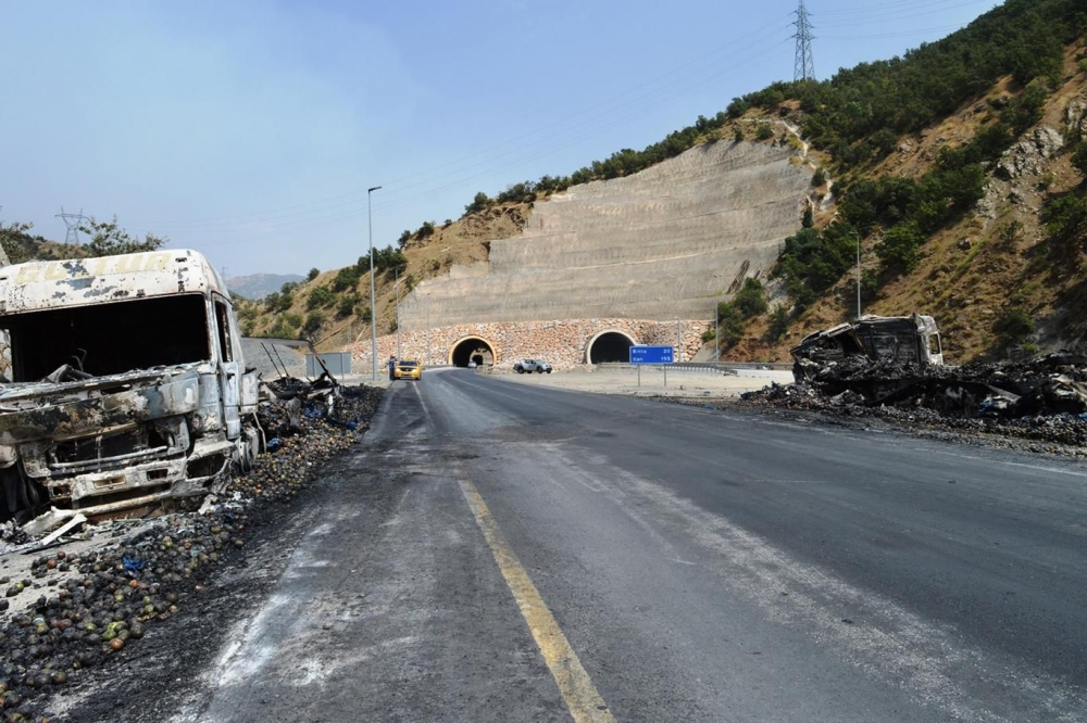 İşte PKK'nin Bitlis'te ateşe verdiği araçlar! galerisi resim 16