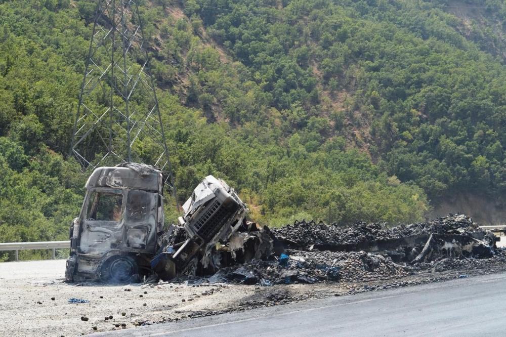 İşte PKK'nin Bitlis'te ateşe verdiği araçlar! galerisi resim 19