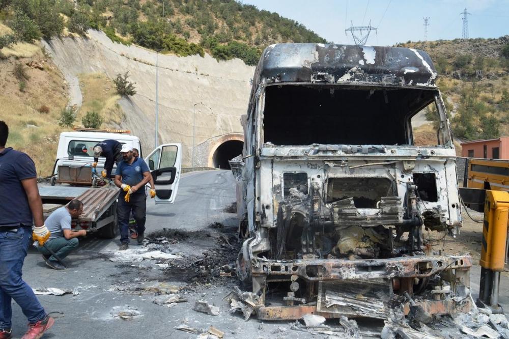 İşte PKK'nin Bitlis'te ateşe verdiği araçlar! galerisi resim 20