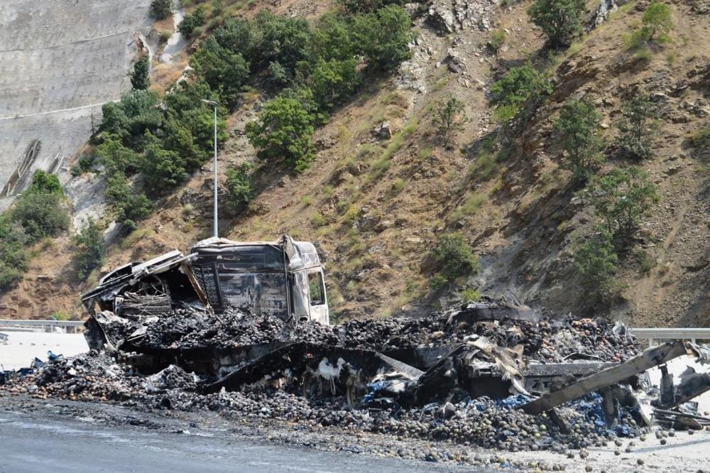 İşte PKK'nin Bitlis'te ateşe verdiği araçlar! galerisi resim 22