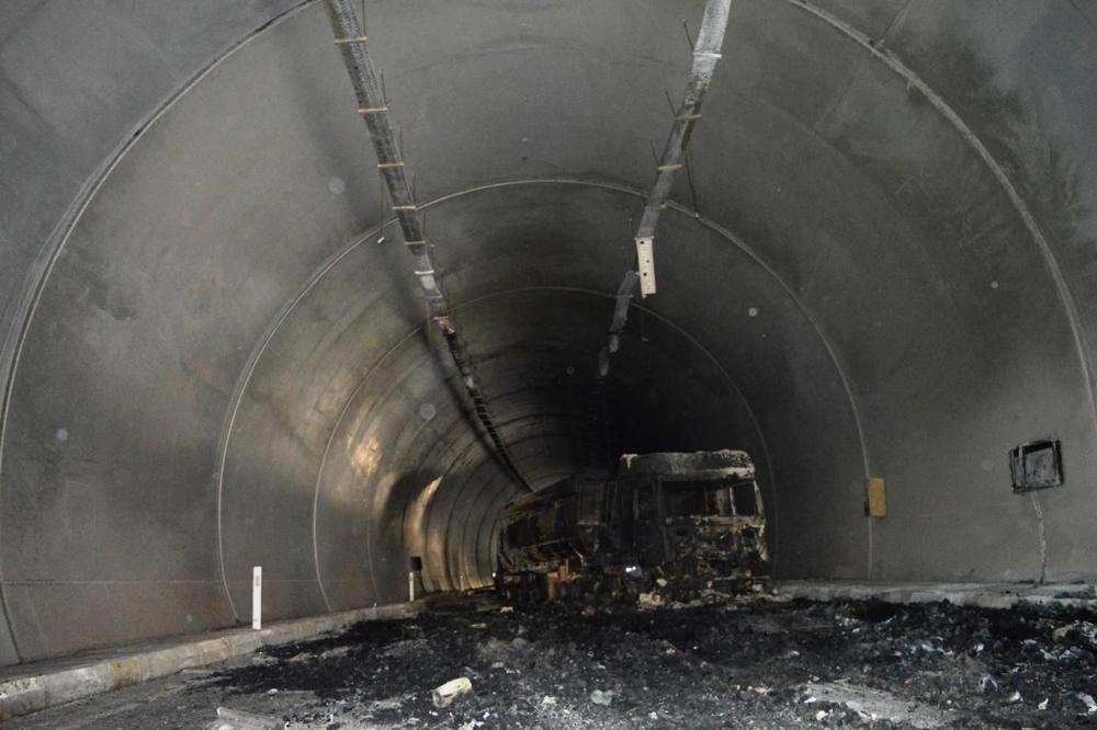 İşte PKK'nin Bitlis'te ateşe verdiği araçlar! galerisi resim 3