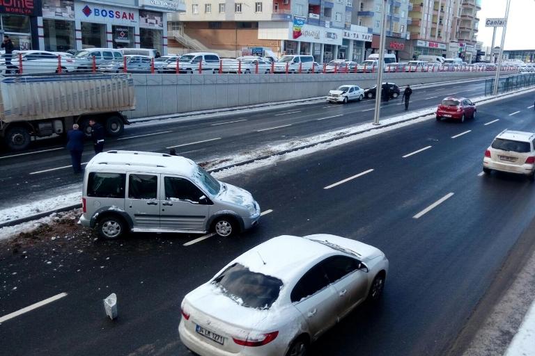 Yolun buzlanması Trafik kazasına sebep oldu galerisi resim 10