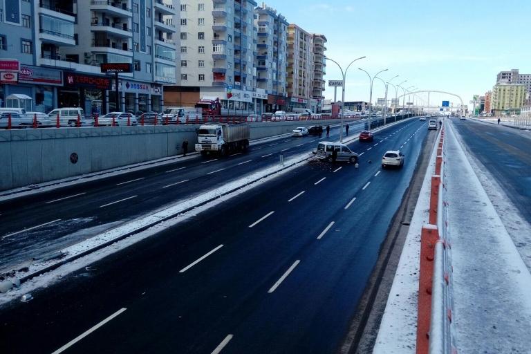 Yolun buzlanması Trafik kazasına sebep oldu galerisi resim 2