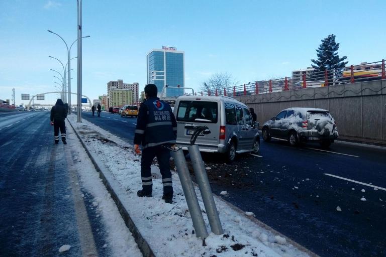 Yolun buzlanması Trafik kazasına sebep oldu galerisi resim 3