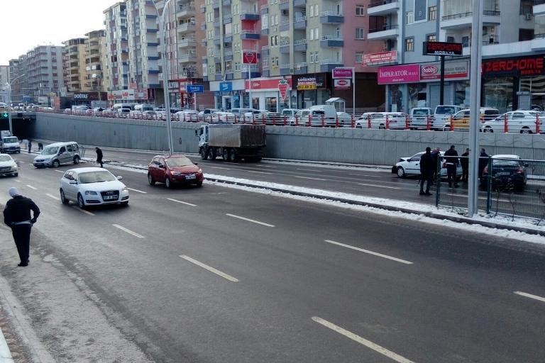 Yolun buzlanması Trafik kazasına sebep oldu galerisi resim 9