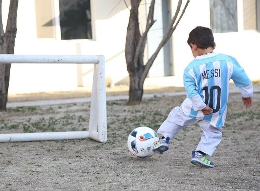 Messi'nin minik hayranı hayaline kavuştu galerisi resim 4