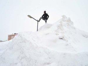 Bitlis'te araçlar  ve elektrik direkleri kar'a gömüldü