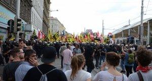 Avusturya polisi eylemcilere biber gazı sıktı