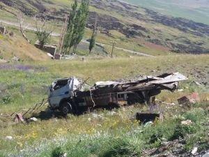 Virajı alamayan kamyon şarampole yuvarlandı: 2 ölü