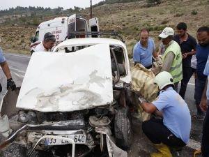 Araçta sıkışan sürücü acı içinde kurtarılmayı bekledi