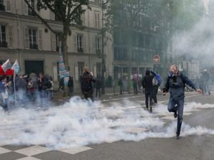 Paris'te iş yasası karşıtı protestolarda çatışmalar yaşanıyor!