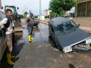 Belediyenin kazdığı çukura araba düştü:2 yaralı