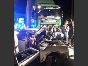 TIR otomobilie çarptı: 2 yaralı