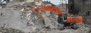 Ağır hasar gören binaların yıkımına başlandı