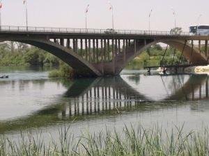 Genç kız Birecik köprüsünden atladı!