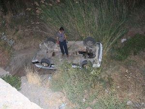 Otomobil dereye uçtu:1 yaralı