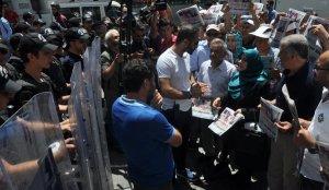 HDP'li vekil Hüda Kaya Özgür gündem gazetesini dağıttı