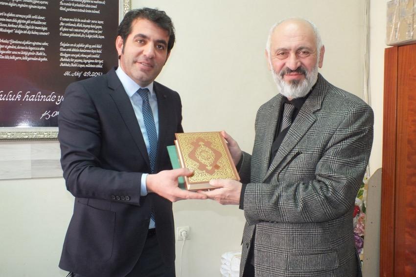 Van İl Müftüsü öğrencilere Kur'an-ı Kerim dağıtı