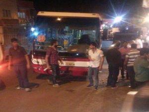 Batman'da belediye otobüsü motosikletle çarpıştı