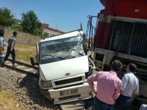 Yük treni kamyoneti ezdi