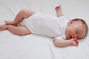 """""""Bebeği yüzüstü yatırmak boğulmasına neden olabilir"""""""