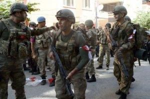 Asker ve polisler birbirini tanımak için flama taktı