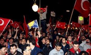 Darbe karşıtı Türklere bayrak yasağı