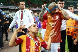 Sneijder, Engelli taraftara madalyasını hediye etti