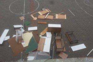 Okula daldı ne varsa kırdı