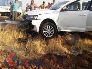 Otomobil kayalıklara çarptı: 1 ölü 2 yaralı