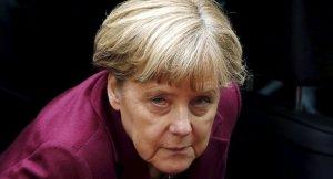 Merkel'in konvoyuna silahlı kişi sızmaya çalıştı!