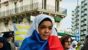 İslamofobi karşıtı aktivistlerin, tesettürün yasaklanmasına karşı gösterileri