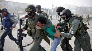 İsrail güçleri El-Halil'de Filistinli Bir Genci Gözaltına Aldı