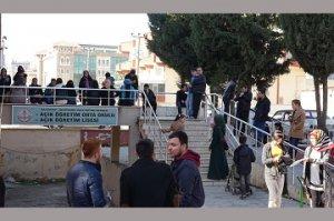 Öğrenciler, AÖL kayıtları için saatlerce kuyrukta bekliyor