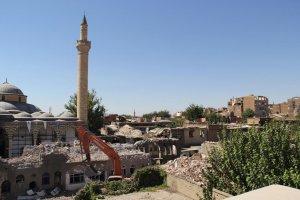 Sur'da  zarar gören yapıların yıkım çalışmaları devam ediyor