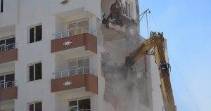 DBP'li belediye mağdur ailelerin yaşadığı binayı yıktı