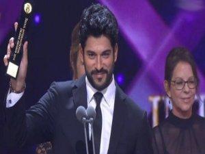 Burak Özçivit, 'En İyi Erkek Oyuncu' kategorisinde ödül aldı