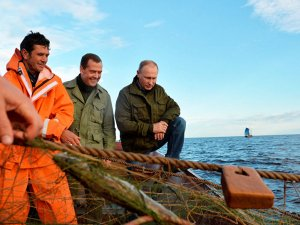 Putin ve Medvedev'den balıkçılarla göl kıyısında bir gün