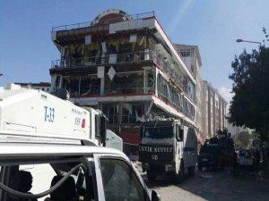Van'da AK Parti binası ile valilik arasında patlama: 2'si ağır 48 yaralı